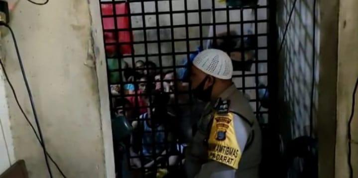Sambut Idul Fitri 1442 H Kapolsek Medan Timur Ajak Tahanan Takbiran dan Yasinan