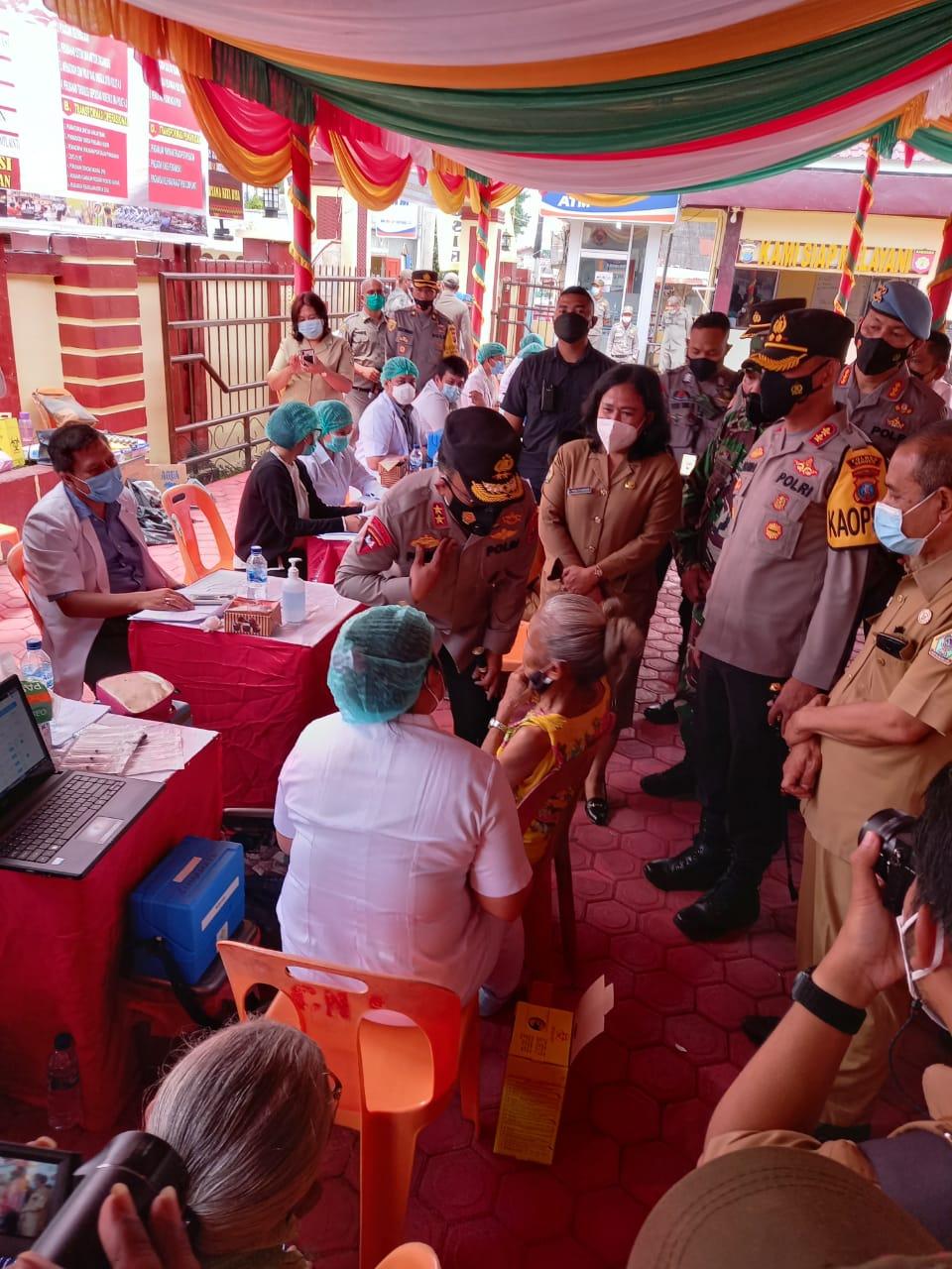 Kapoldasu Tinjau Vaksinasi Bagi Lansia di Kabupaten Samosir