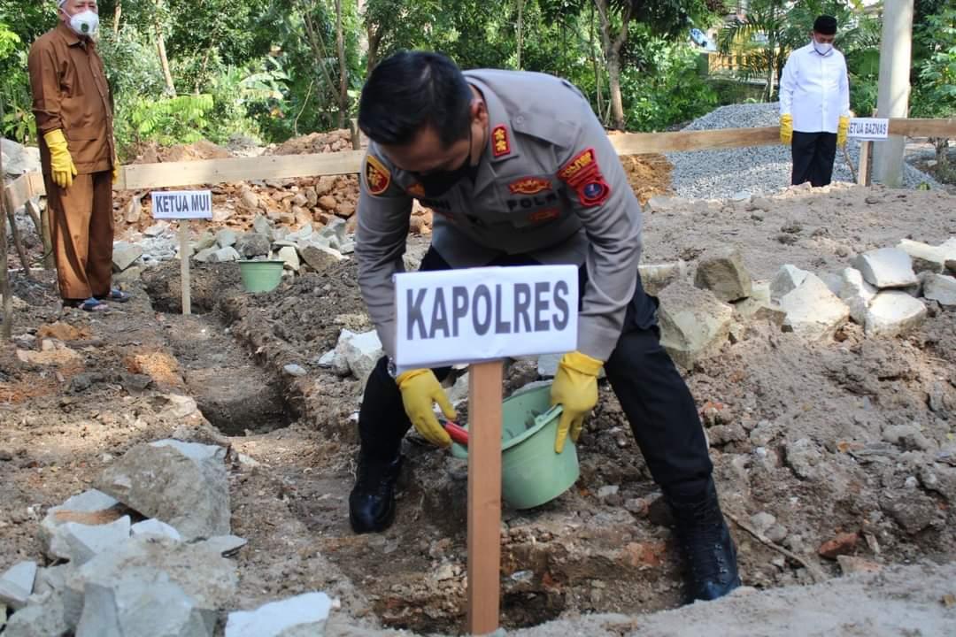 Kapolres dan Bupati Labuhanbatu Utara Melakukan Peletakan Batu Pertama Pembangunan Mushola